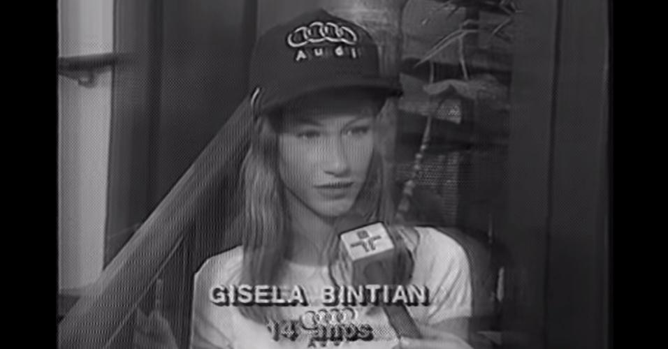 15.abr.2015 - Ao participar de seu primeiro concurso de modelos, quando tinha 14 anos, ela doi entrevistada por uma equipe de reportagem da TV Cultura, que não entendeu muito bem o nome da entrevistada e a identificou como
