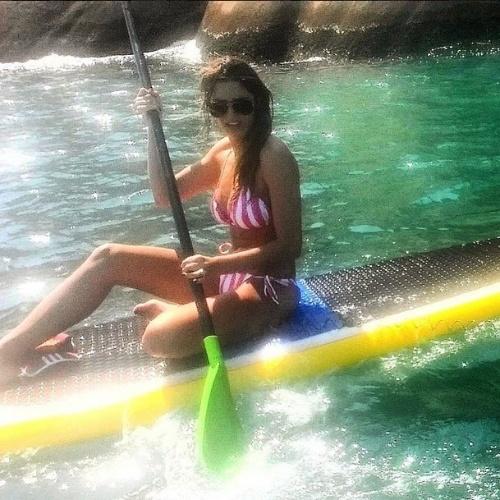 """15.abr.2015 - """"Chama o guincho"""", disse Rafa Brites em seu Instagram na manhã desta quarta-feira (15), ao publicar uma foto em que aparece sentada na prancha de stand up paddle, na praia da Macumba, na zona oeste do Rio de Janeiro. A bordo de um biquíni de lacinho, a mulher de Felipe Andreoli mostra que está em ótima forma física"""