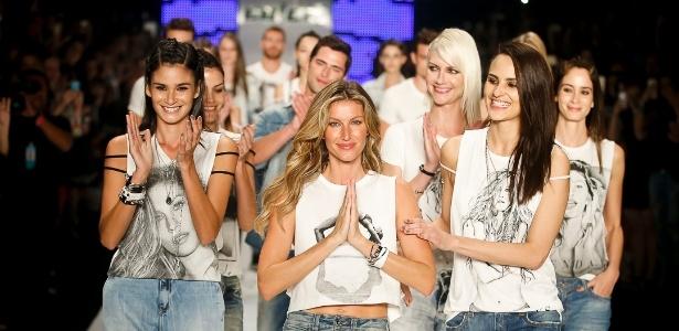 No desfile de despedida de Gisele, na SPFW Verão 2016, modelos apareceram usando camisetas com foto da loira - Alexandre Schneider/UOL