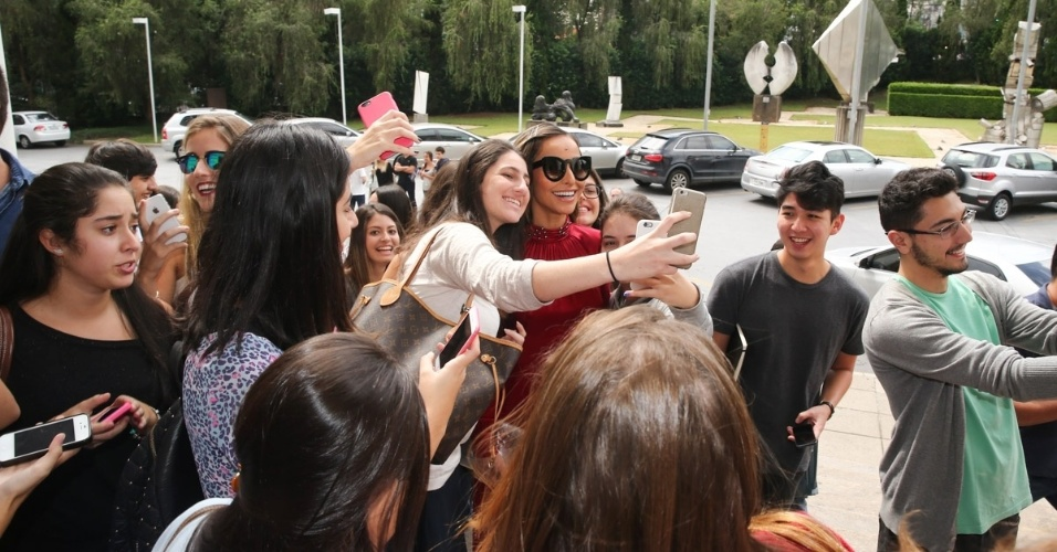 15.abr.2015 - Sabrina Sato é cercada por fãs ao chegar à FAAP, em São Paulo, para acompanhar o desfile de Reinaldo Lourenço na SPFW