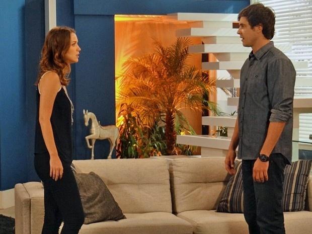 Caíque diz para Laura que sabe da chantagem de Marco e se declara para ela