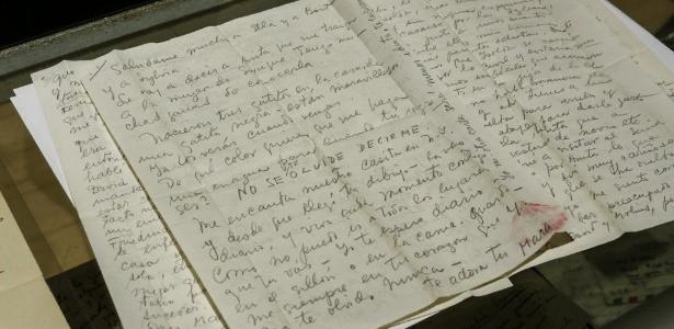 Carta escrita pela artista plástica Frida Kahlo a amante espanhol traz marca de batom - Kena Betancur/Efe