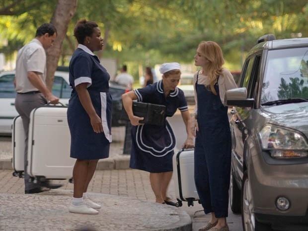 Júlia vai buscar seus pertences e encontra as malas no meio da rua