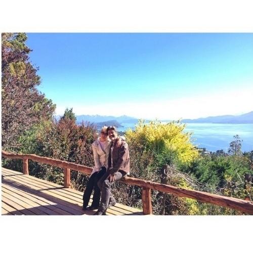 """16.abr.2015 - Apaixonada pelo cantor Junno, Xuxa publicou em seu Instagram uma foto romântica ao lado do amado, na noite desta quinta-feira. Na legenda, comemorou o tempo de namoro: """"Dois anos e quatro meses com você"""". Os fãs parabenizaram o casal. """"Felicidades"""" e """"Lindos"""" eram comentários recorrentes dos seguidores"""