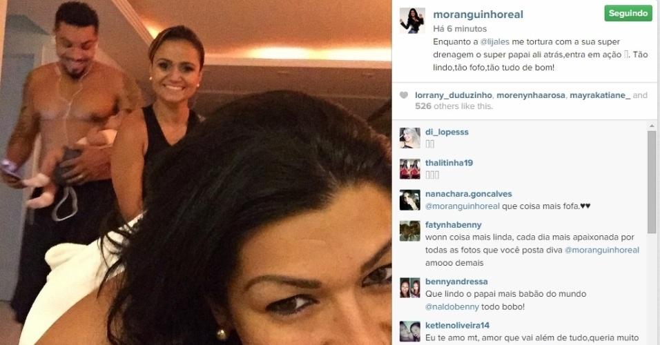16.abr.2015 - Ellen Cardoso, mulher do cantor Naldo, aproveitou para fazer drenagem linfática enquanto o marido cuidava da filha dos dois, Maria Victória, que nasceu no final de fevereiro. Em foto postada nesta quinta-feira no Instagram, a ex-dançarina elogiou: