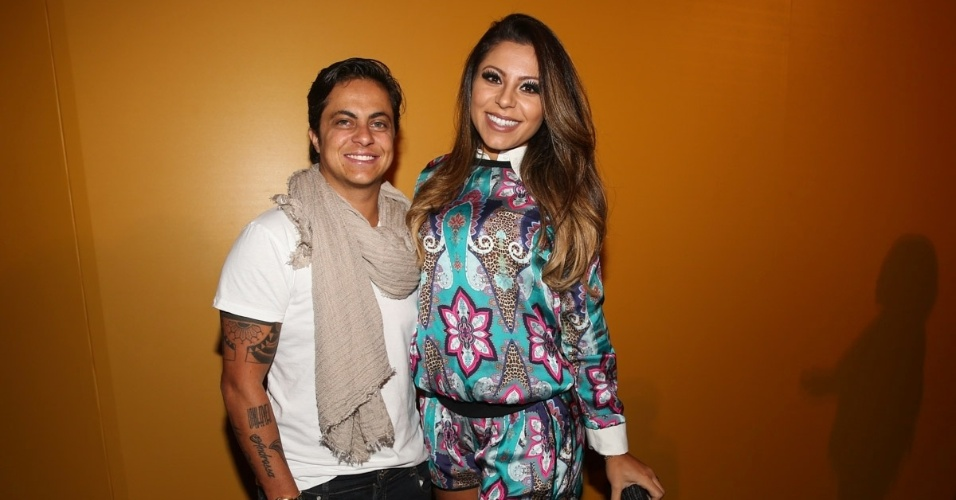 16.abr.2015 - Thammy Miranda chega acompanhada da namorada Andressa Ferreira ao SPFW