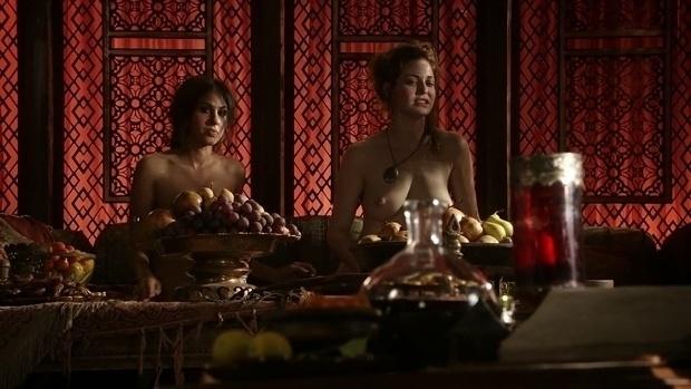 """A atriz Sahara Knite é uma das prostitutas do puteiro Petyr Baelish. Ela é a Esmé Bianco, a Ros (à dir.), responsável por contracenar com homens e mulheres na série """"Game of Thrones"""""""