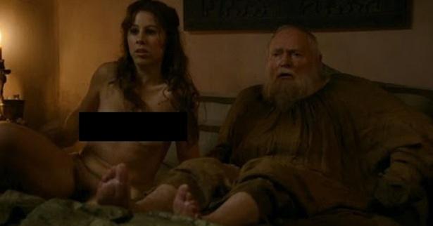 """Adepta de tapas, a atriz inglesa Maisie Dee não faz questão de esconder sua profissão nas redes sociais: atriz pornô. Em """"Game of Thrones"""", ela interpreta Daisy e participou de cenas de sadismo. Ela mantém um blog em que detalhes sua carreira de atriz, há imagens dela na série"""