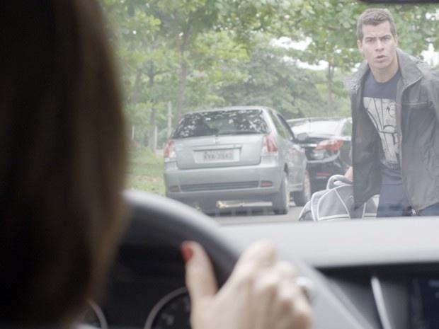 Beatriz assusta Diogo ao quase atropelá-lo