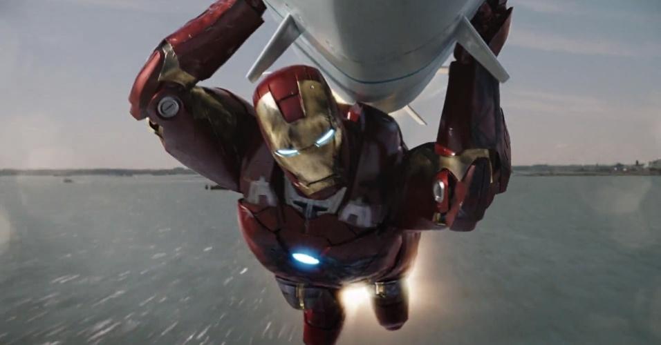 """Em """"Vingadores"""" (2012), Tony Stark está no auge, totalmente em controle de sua vida --ou, ao menos, parece estar. A ameaça representada por Loki e, depois, por um exército alienígena que ataca Nova York força Tony a encarar mais uma armadura, que resiste inclusive à breve visita a uma outra dimensão --experiência que deixa marcas profundas no herói."""