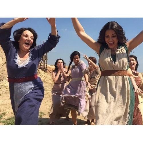 Gabriela Durlo, que vive a cunhada de Moisés em Os 10 Mandamentos, adora postar fotos dos bastidores das gravações