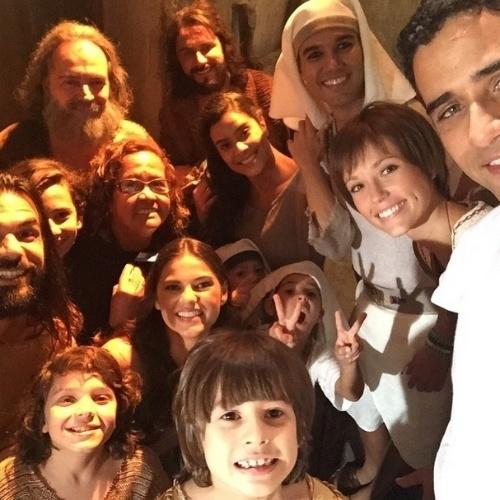 """Gabriela Durlo, que vive a cunhada de Moisés em """"Os 10 Mandamentos"""", adora postar fotos dos bastidores das gravações. Nesta imagem, ela aparece com vários atores do elenco"""