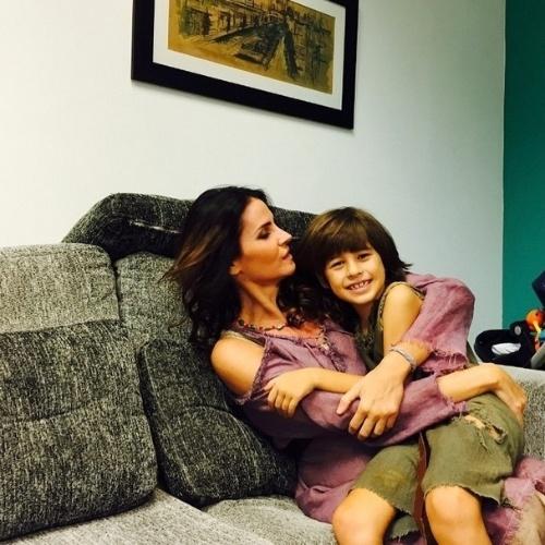 """Lisandra Souto, que vive a Amália em """"Os 10 Mandamentos"""" postou uma foto com Rafael, que vive seu filho na história. """"Meu Rafinha! Muitas saudades!"""", escreveu na legenda"""