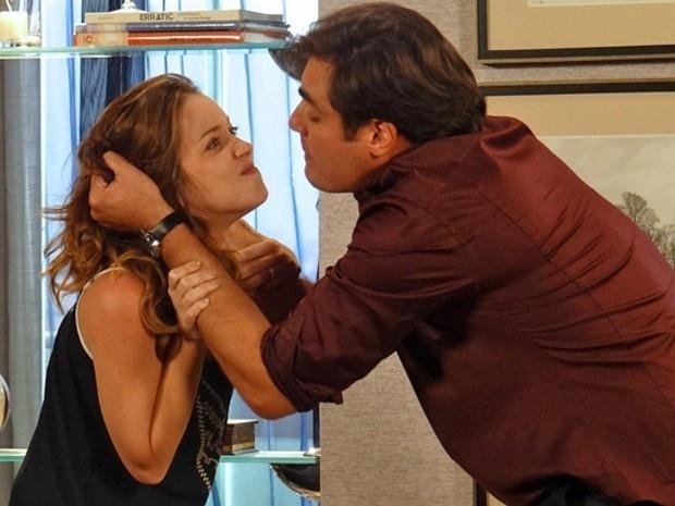 Marcos se irrita com Laura e a agride