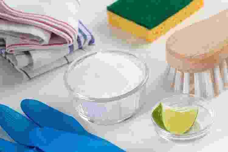 Menos agressivos, os produtos de limpeza feitos com ingredientes caseiros tais como vinagre, limão, bicarbonato de sódio e sabão em barra são uma alternativa sustentável e em conta - Getty Images