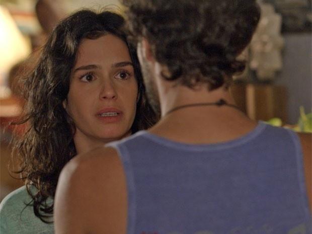 Pedro tenta terminar com Taís, mas ela tem sangramento e é levada ao hospital