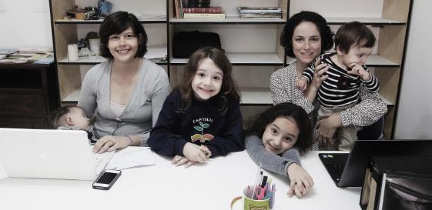 Da esq. para a dir., Carina com Clara (no colo) e Brigitte, e Fernanda com Lívia e Theo - Reinaldo Canato/UOL