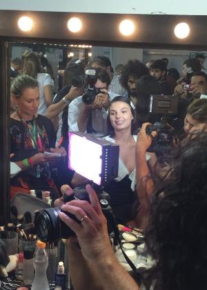 Muvuca em torno da atriz nos bastidores da Semana de Moda de São Paulo - Bianca Iaconelli/UOL