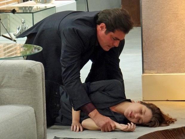 Laura cai da escada por culpa de Marcos e ele se desespera