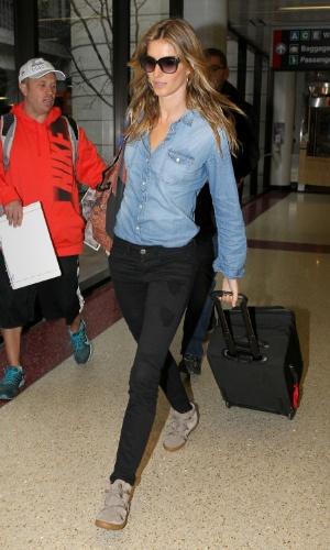 18.abr.2015 - Gisele Bündchen já está nos Estados Unidos. A beldade desembarcou na noite desta sexta-feira (17) no aeroporto Logan, em Boston, Massachusetts, depois de quase uma semana em São Paulo para sua despedida das passarelas brasileiras