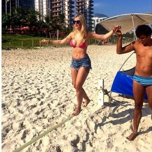"""18.abr.2015-  A ex-BBB Aline Gotschalg pratica slackline na praia da Barra da Tijuca, no Rio: """"Um esporte que exige equilíbrio e concentração. Foi difícil no começo, mas com a prática a gente vai aperfeiçoando. Eu adorei"""", contou a loira no Instagram"""