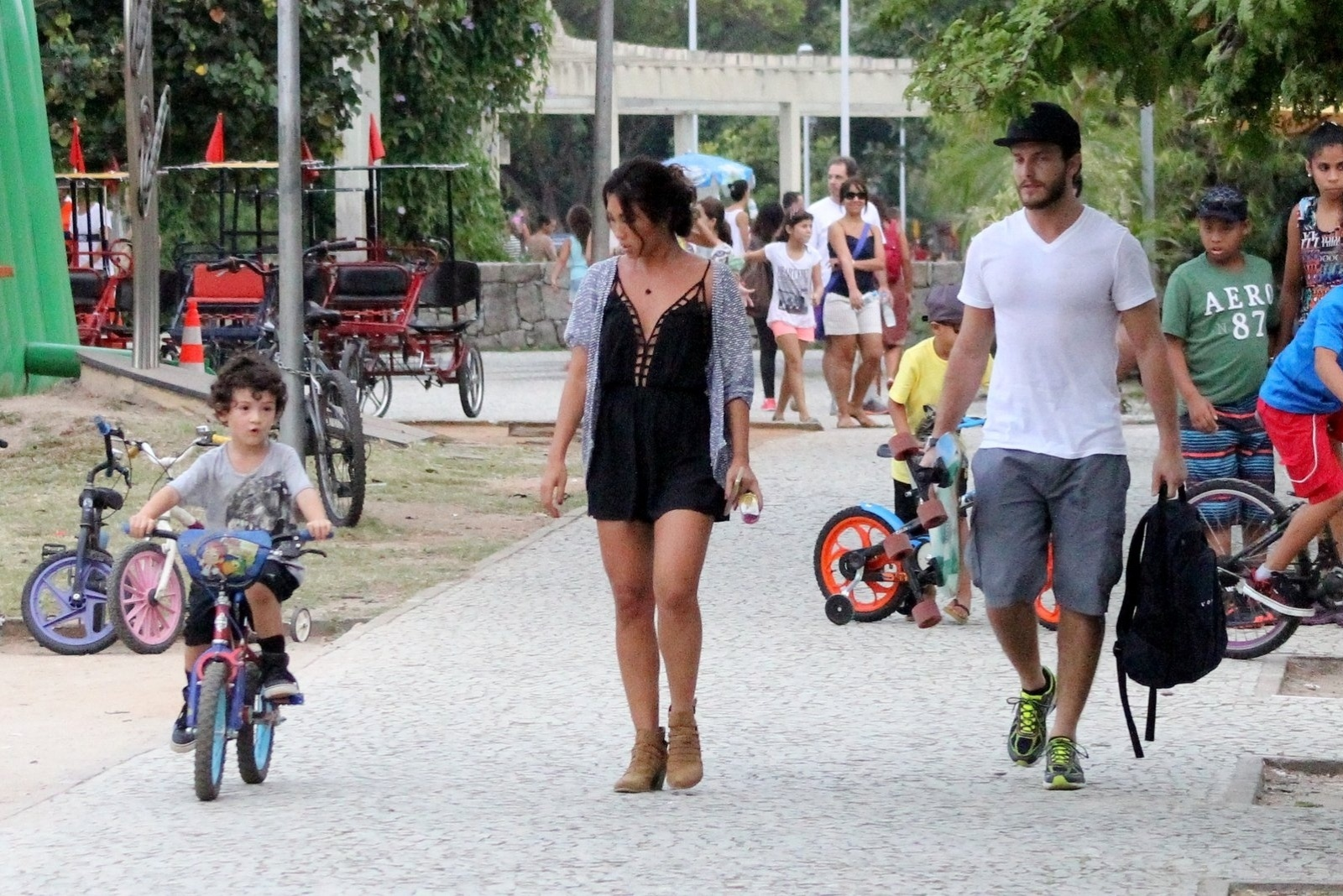 19.abr.2015- Dani Suzuki aproveita tarde de domingo com passeio na Lagoa, no Rio, ao lado do filho Kauai e do ator Klebber Toledo