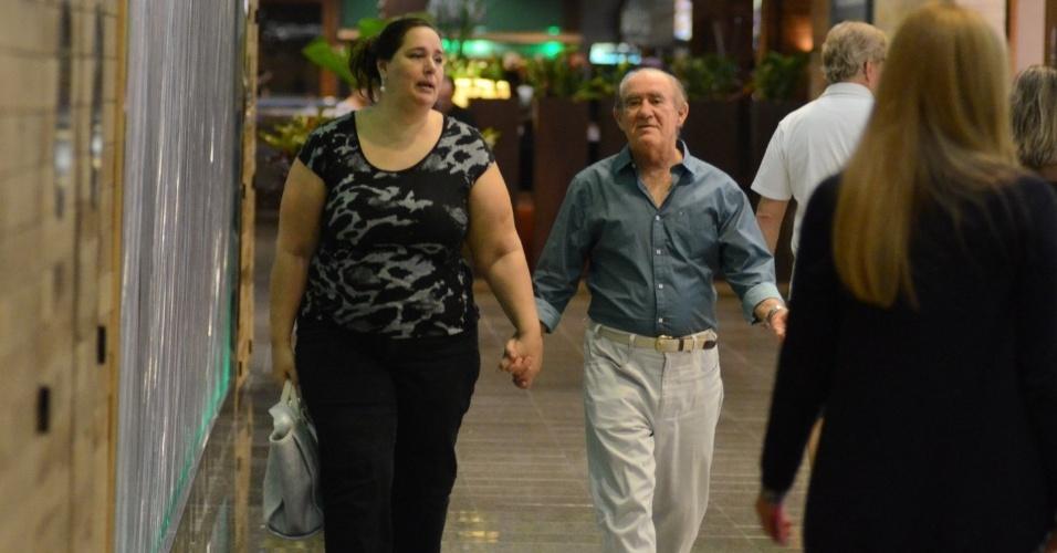 19.abr.2015- Eternos namorados! Casados há mais de 20 anos, Renato Aragão, 80, e a mulher, Lilian, 47, circulam de mãos dadas por shopping e provam que a relação vai muito bem