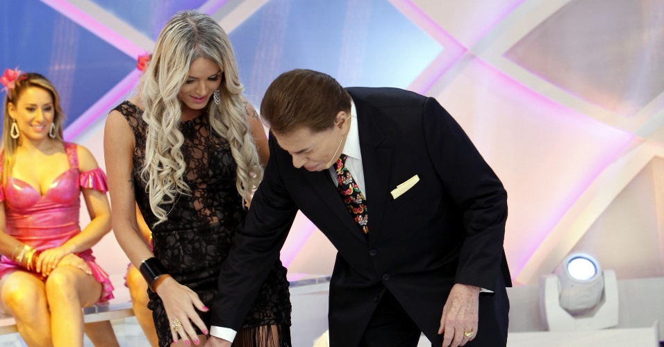 Silvio Santos passa a mão na perna da modelo Thalita Zampirolli