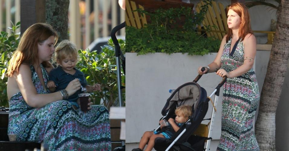 20.abr.2015- Carolinie Figueiredo passeia com o filho Theo na orla da Barra da Tijuca. A atriz, que deu uma pausa na carreira para se dedicar aos filhos, tomou açaí com o caçula