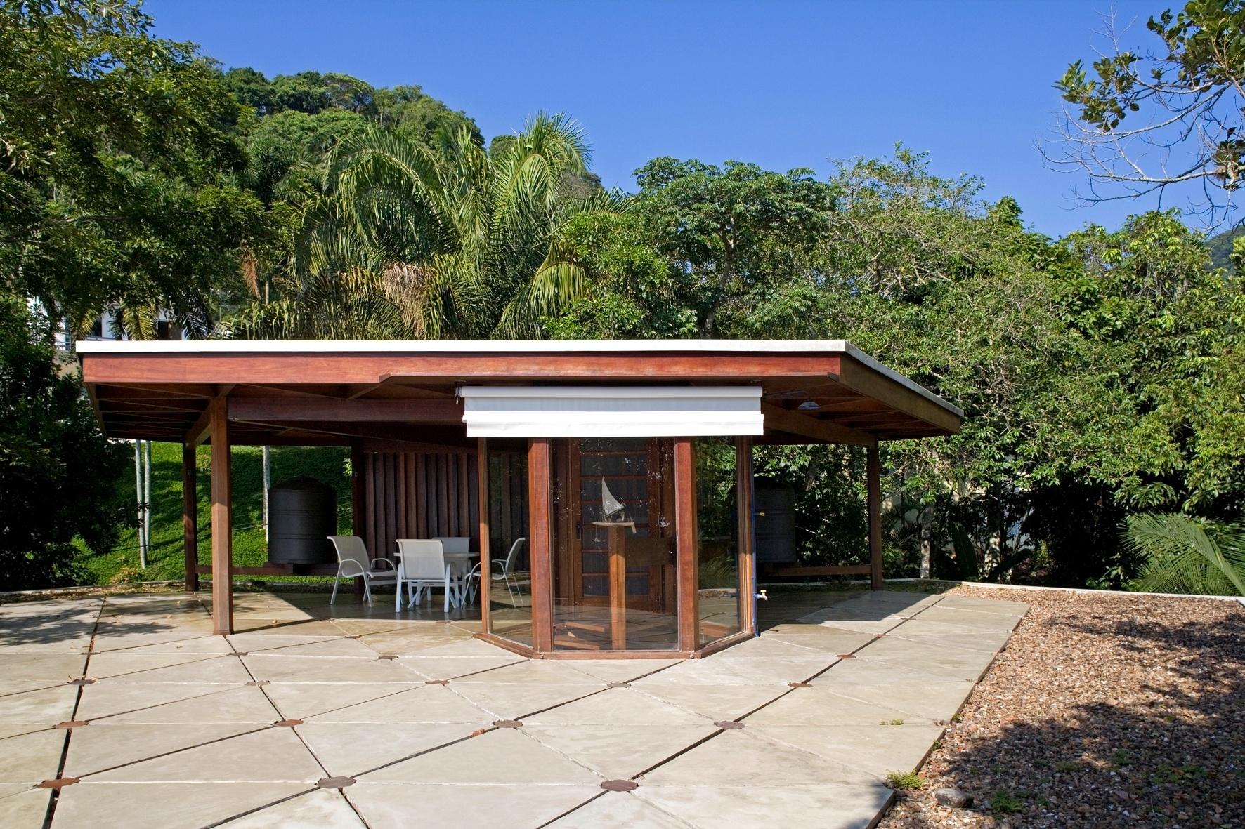 A cobertura da casa Tijucopava, projetada pelo arquiteto Marcos Acayaba, funciona como um mirante, de onde se avista o mar e as montanhas do Guarujá (SP). O piso é composto de placas triangulares de concreto leve e conta com bordas em seixos rolados