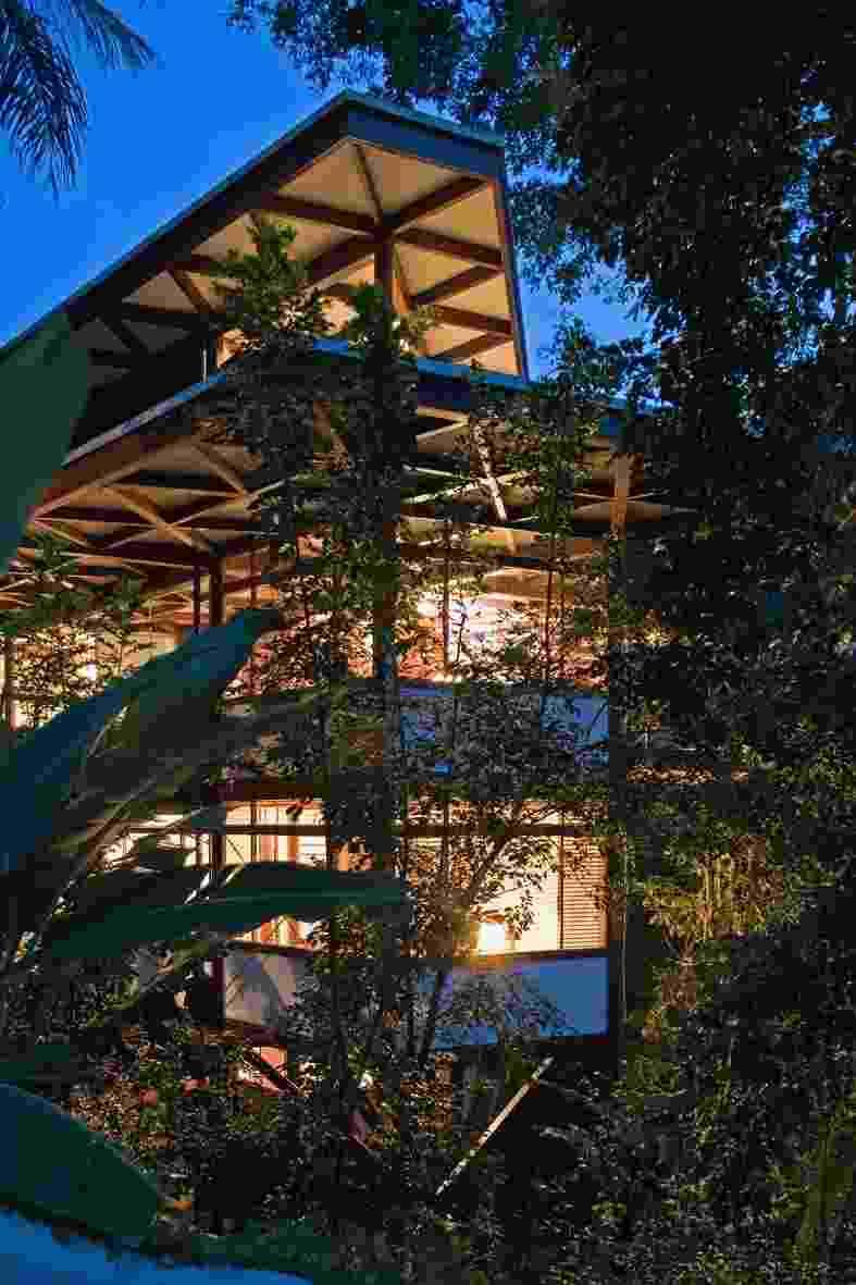 """A topografia muito íngreme levou à construção em pirâmide invertida dos quarto andares na casa Tijucopava, com projeto do arquiteto Marcos Acayaba. Constituída por peças pré-fabricadas de madeira jatobá, a residência foi """"montada"""" em apenas quatro meses e não foi preciso cortar uma árvore sequer da Mata Atlântica em redor - Leonardo Finotti/ UOL"""