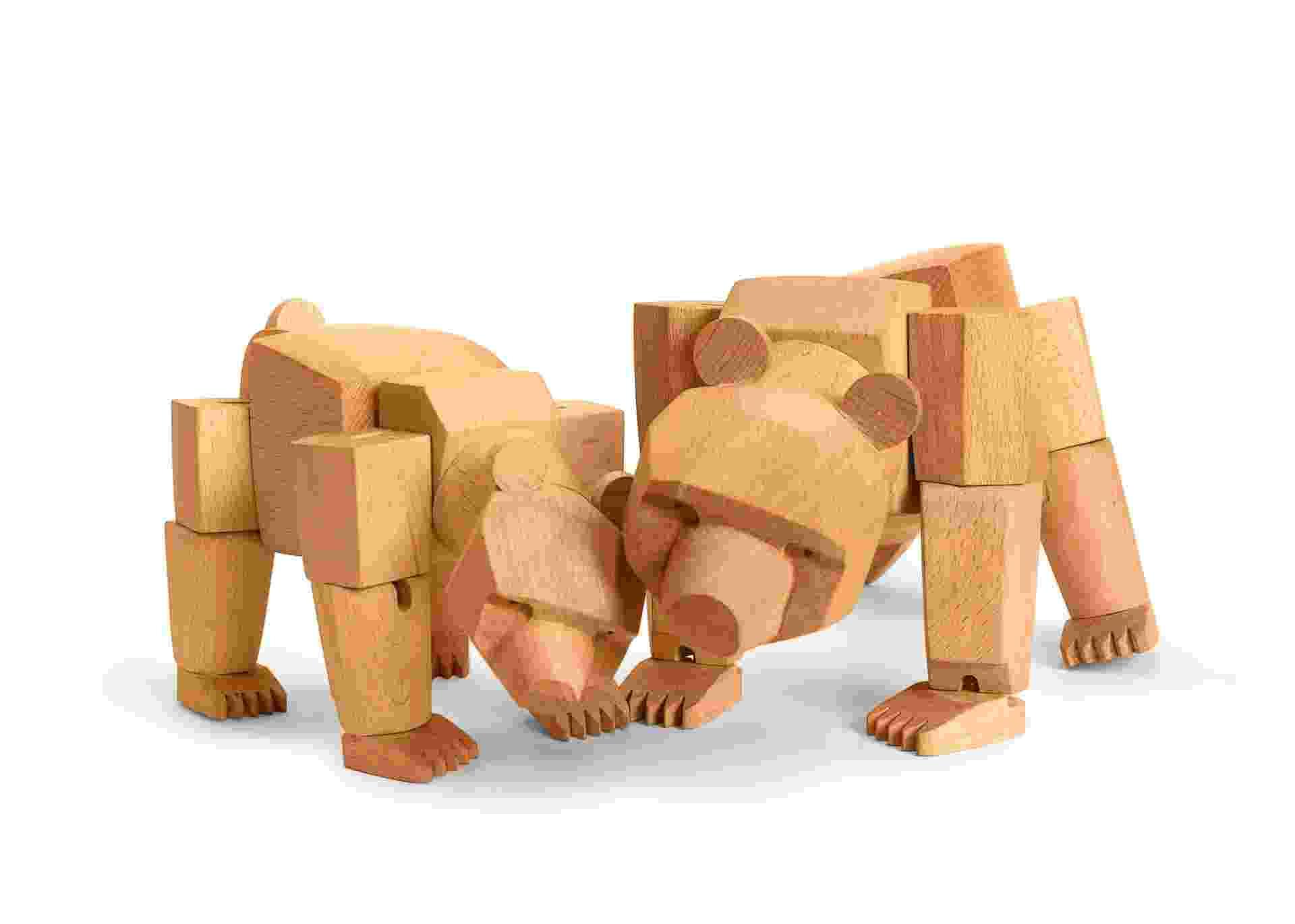 O designer David Weeks criou diversas espécies de bichos em miniaturas articuladas feitas de madeira. Os entalhes são delicados e compõem belas decorações para mesas ou estantes. Na foto: ursos - Areaware/ The New York Times