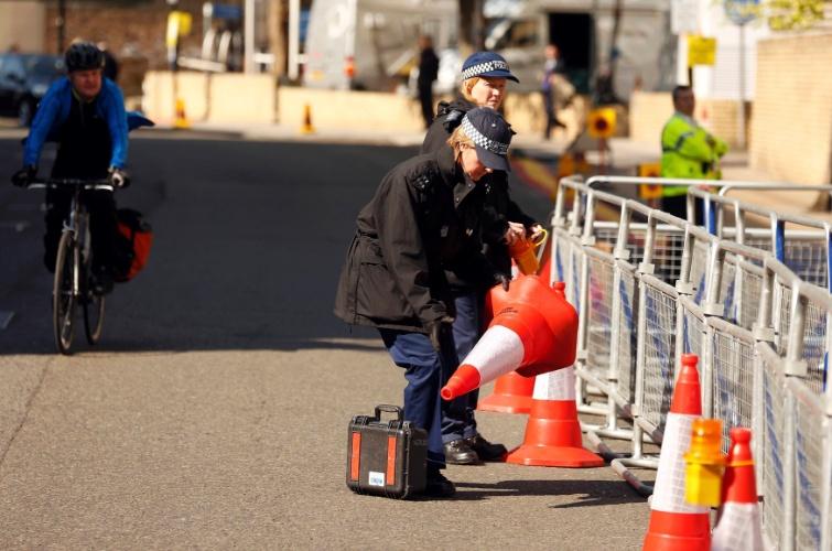 21.abr.2015 - A poucos dias do nascimento do segundo filho de Kate Middleton e do Príncipe William, policiais colocam cones em frente à ala Lindo do hospital St. Mary, em Londres