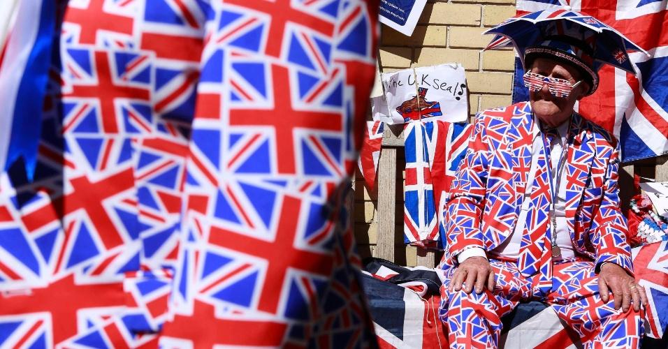 21.abr.2015 - Com roupas estampadas pela bandeira do Reino Unido, fãs da realeza se reúnem para aguardar o nascimento do segundo filho de Kate Middleton e do Príncipe William em frente à ala Lindo do hospital St. Mary, em Londres