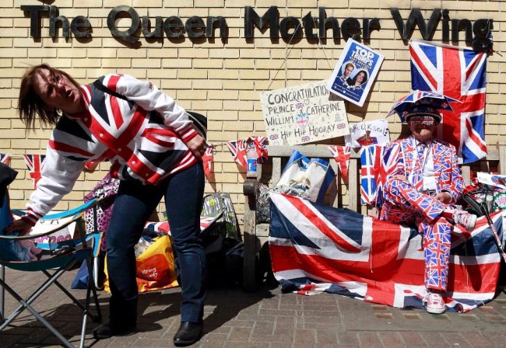 21.abr.2015 - Fãs da realeza se reúnem para aguardar o nascimento do segundo filho de Kate Middleton e do Príncipe William em frente à ala Lindo do hospital St. Mary, em Londres