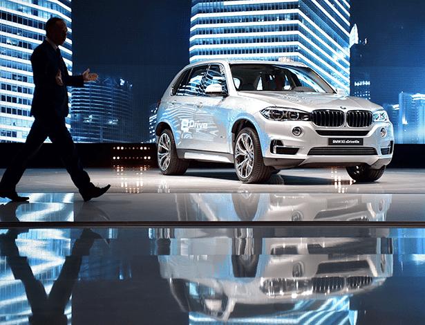 Apesar do plano austero, BMW traz SUV grande híbrido, o X5 xDrive 40e, a Xangai - JOHANNES EISELE/AFP