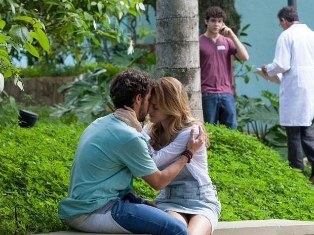 Enquanto fala no telefone com Taís, Bernardo vê Júlia e Pedro em clima de romance