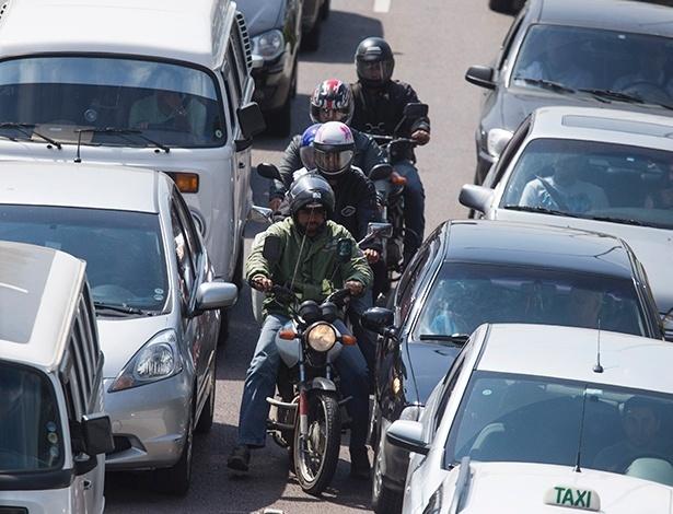 Em meio à busca por espaço no tráfego pesado, automóveis e motocicletas têm convivência que, por vezes, extrapola os limites do bom senso - Apu Gomes/Folhapress