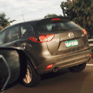 Unidade com placa de testes do SUV japonês Mazda CX-5 é visto em rodovia na cidade de Praia Grande (SP); marca que tem fábrica no México adia planos de ação no Brasil desde 2010 - Larissa Matias/UOL