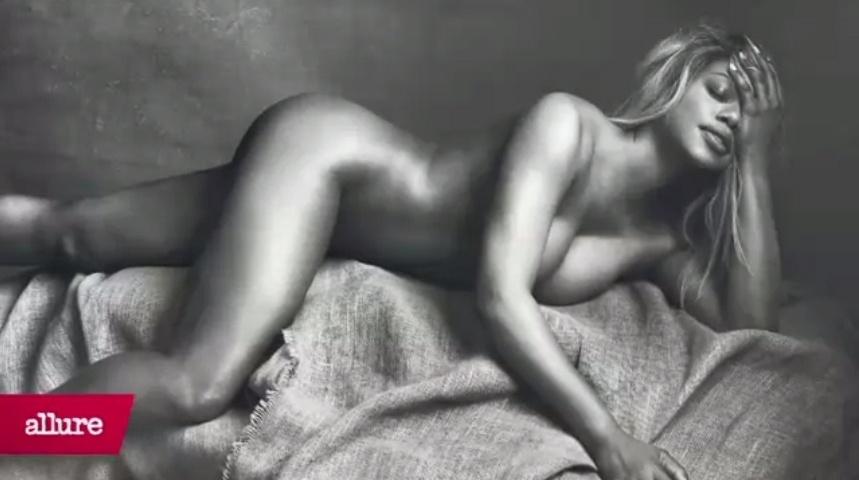 """22.abr.2015 - Laverne Cox posou nua e mostrou suas curvas para a revista """"Allure"""". Conhecida por interpretar Sophia Burset no seriado """"Orange is the New Black"""", ela também é produtora, advogada e ativista pelos direitos dos transexuais"""