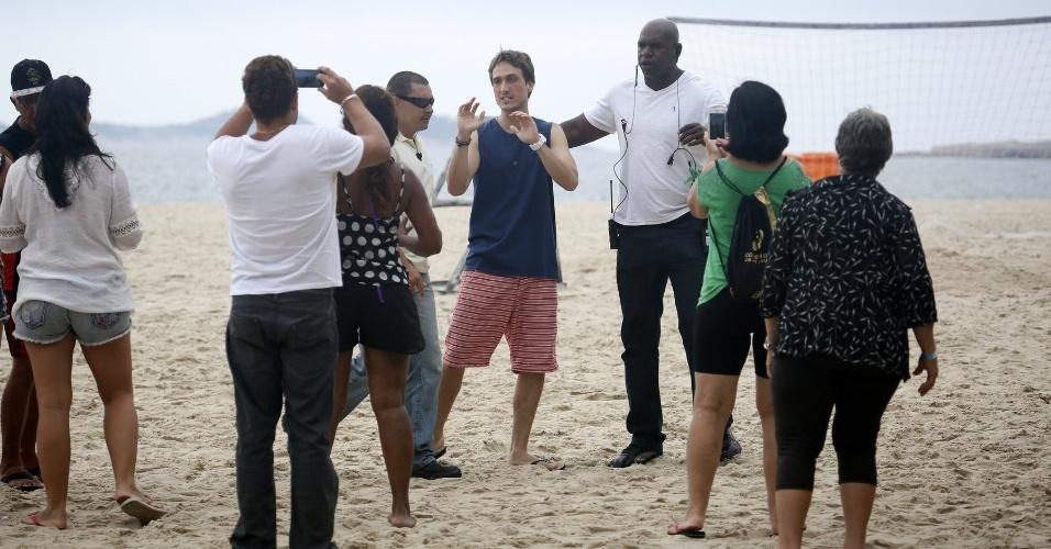 """22.abr.2015- Igor Angelkorte é cercado por fãs após gravar cenas de """"Babilônia"""" em praia carioca"""