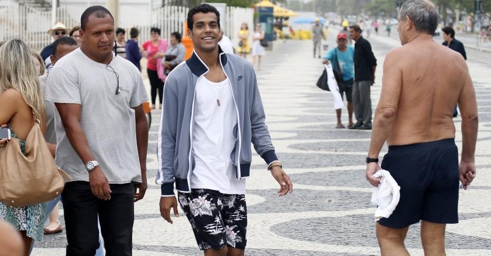 """22.abr.2015- Marcello Melo Jr deixa praia acompanhado por um segurança após gravar cena de  """"Babilônia"""""""