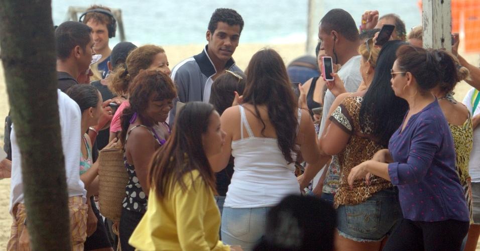 """22.abr.2015- Marcello Melo Jr é assediado ap gravar cenas do Ivan, seu personagem de """"Babilônia"""" na praia"""