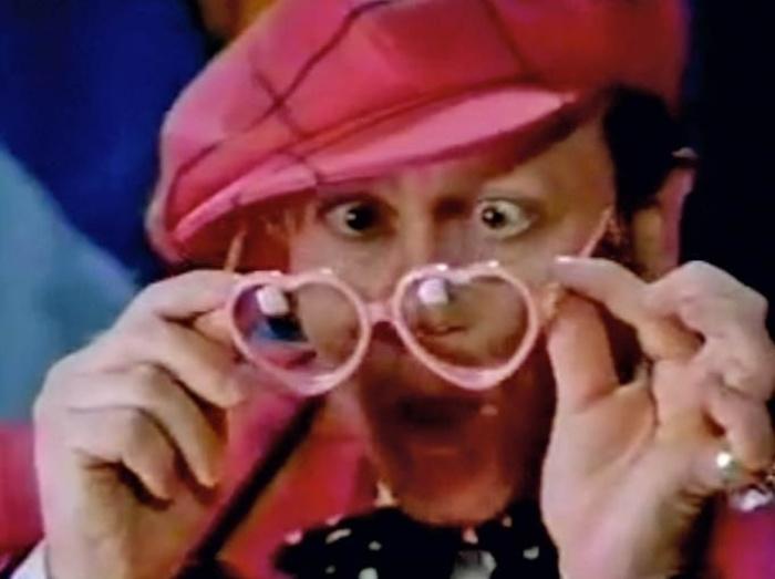 Conhecido pelos óculos extravagantes, Elton John utilizou por vários anos o adereço em formato de coração