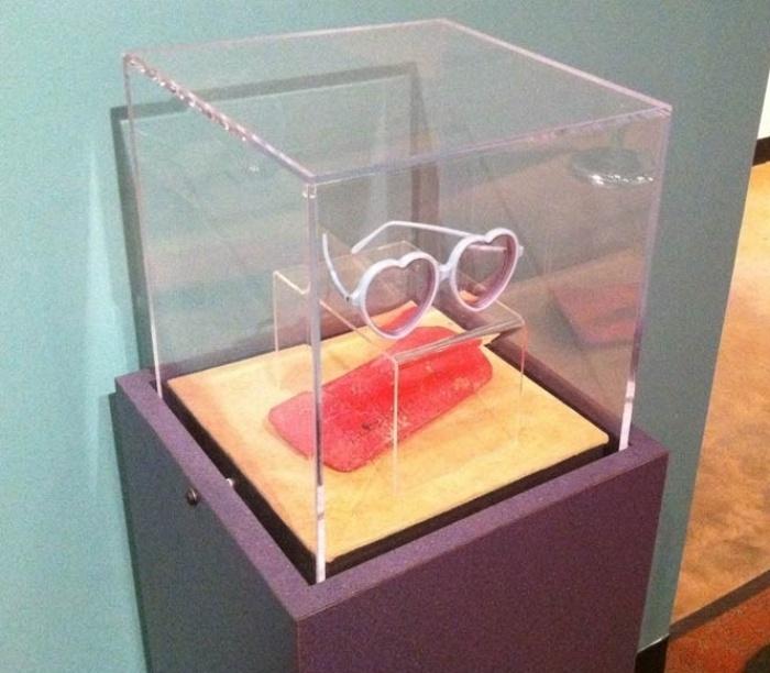 Óculos em formato de coração, que pertenceu a Elton John nos anos 1970