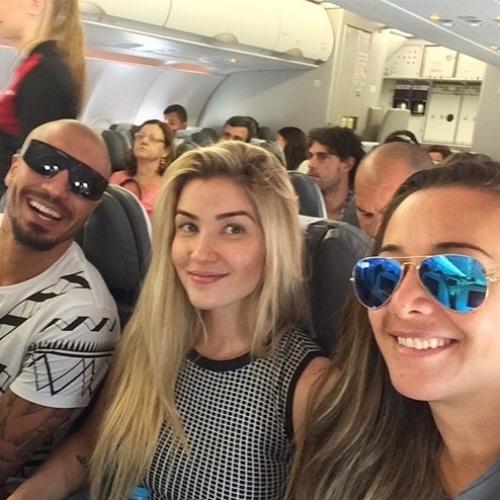 23.abr.2015 - Aline Gotschalg e Fernando Medeiros apareceram juntos na manhã desta quinta-feira dentro de um avião.