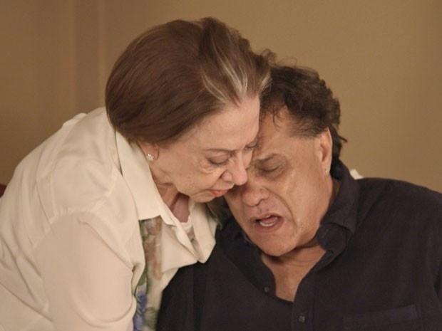23.abr.2015 - Em Babilônia, Lauro (Dennis Carvalho) morre nos braços da mãe Teresa (Fernanda Montenegro)