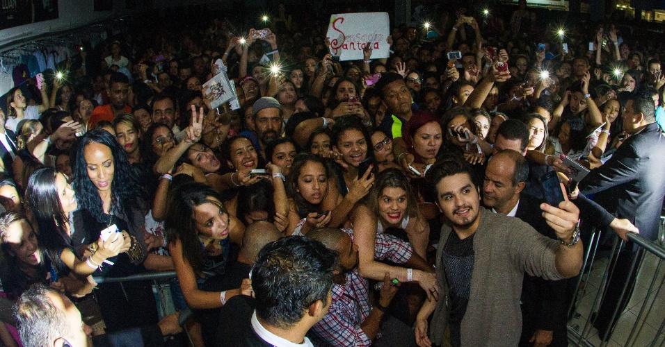 23.abr.2015 - Fãs de Luan Santana esperavam havia 25 horas no Minas Shopping para comprar seu novo CD/DVD; cantor chegou ao local e tirou fotos