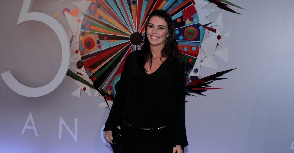 23.abr.2015 - Glenda Kozlowski posa para fotos ao chegar no Maracanãzinho, onde acontece o show em comemoração aos 50 anos da TV Globo
