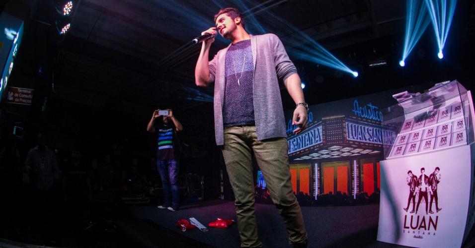 23.abr.2015 - Luan Santana chega ao Minas Shopping para divulgar seu novo CD/DVD e encontra multidão de fãs